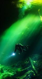 Dive-Under-Water-World-iphone-5-ios7-wallpaper-ilikewallpaper_com