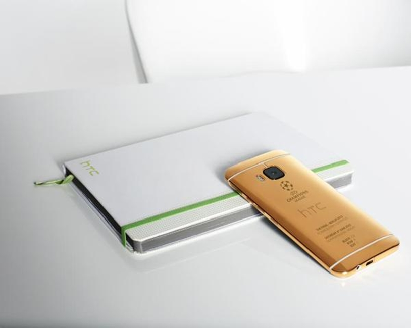 HTC ONE M9 din aur pozat cu iPhone 1