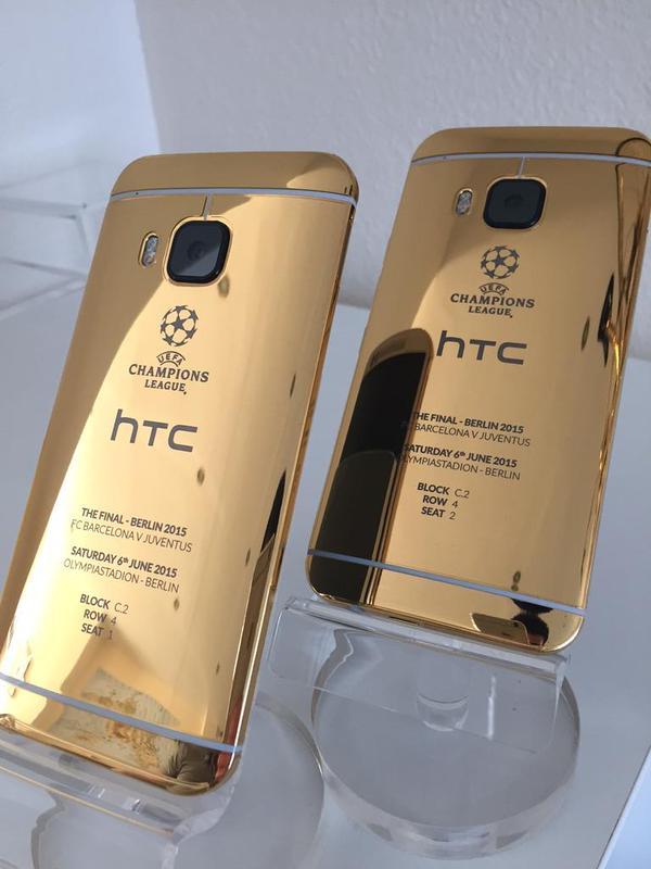 HTC ONE M9 din aur pozat cu iPhone