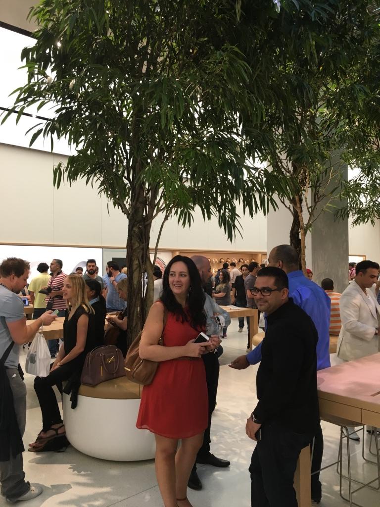 Apple Store Dubai Abu Dhabi cel mai mare din lume 1