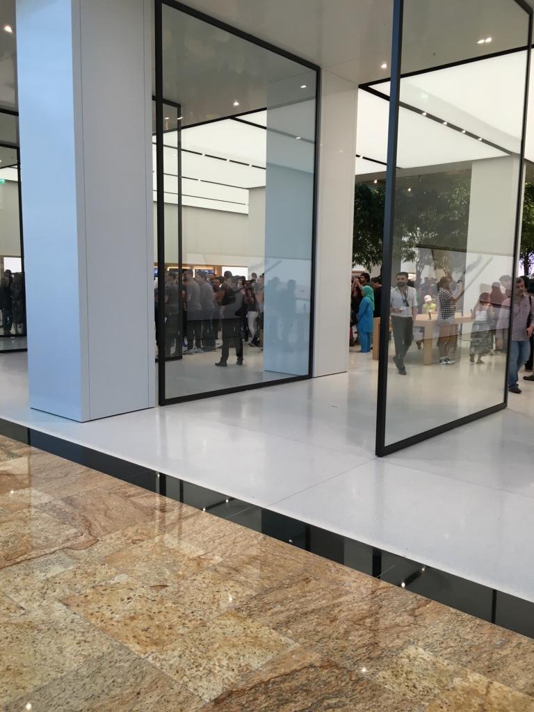 Apple Store Dubai Abu Dhabi cel mai mare din lume 10