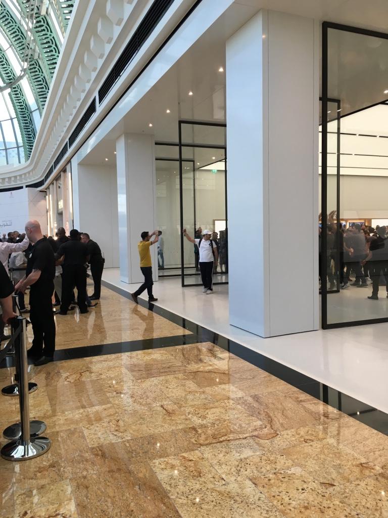 Apple Store Dubai Abu Dhabi cel mai mare din lume 11