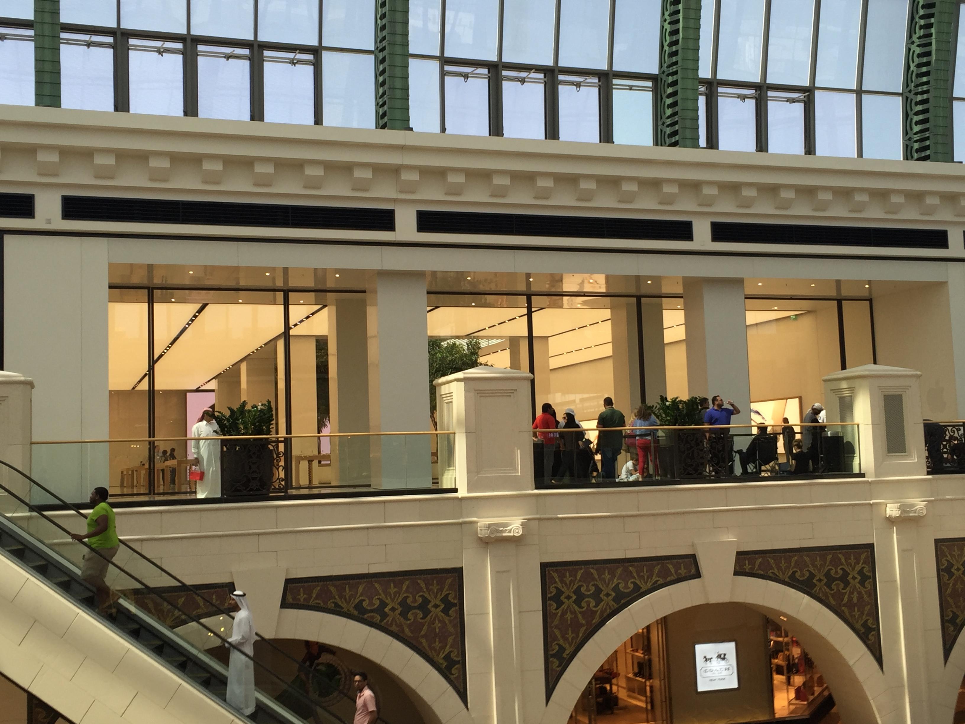 Apple Store Dubai Abu Dhabi cel mai mare din lume 3