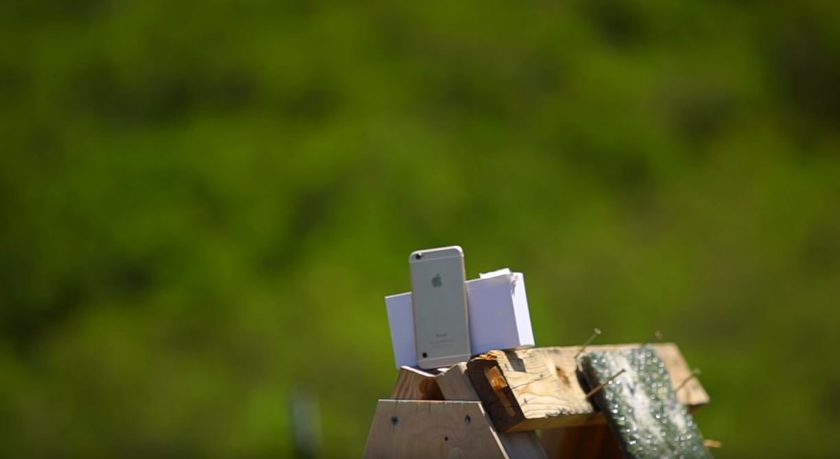 iPhone 6S vs mitraliera