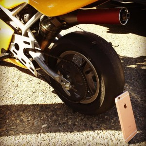 iPhone 6S vs motocicleta test rezistenta