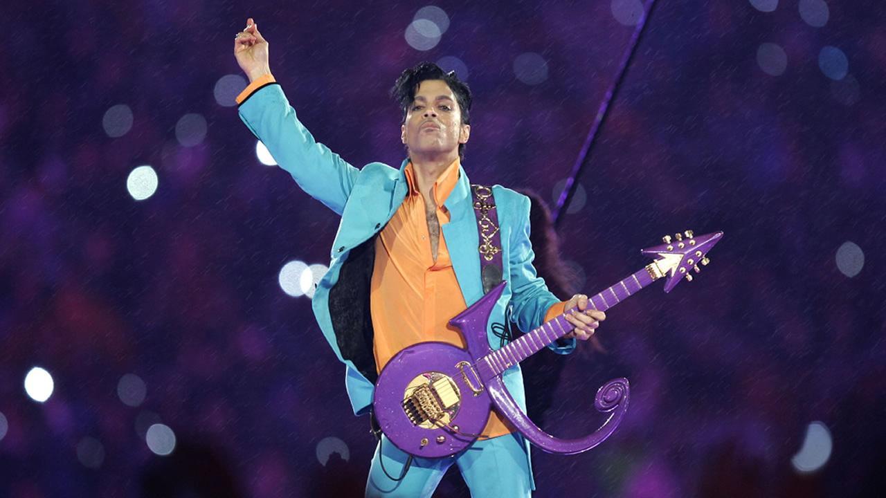 Prince a murit