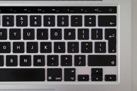 MacBook Pro OLED tastatura 1