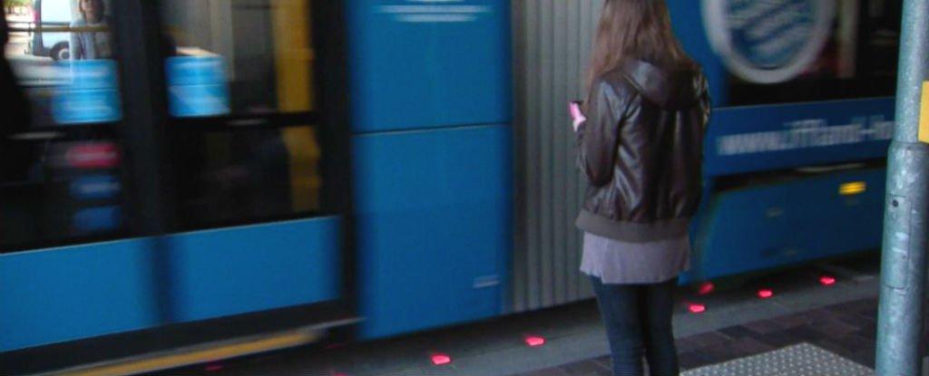 lumini de avertizare pavaj pentru dependentii de smartphone germania