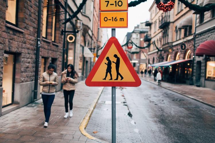semn rutier Stockholm dependenta smartphone