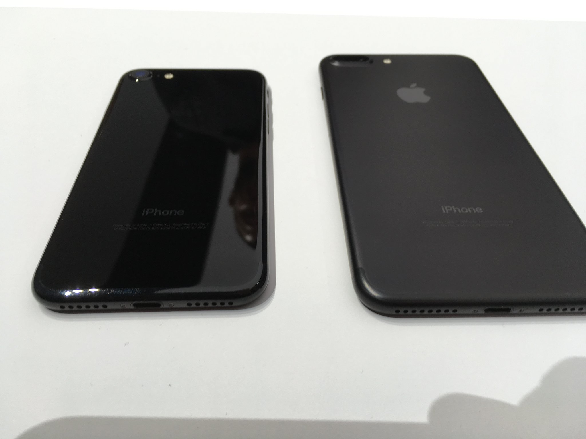 diferente iPhone 7 negru jet black mat 1
