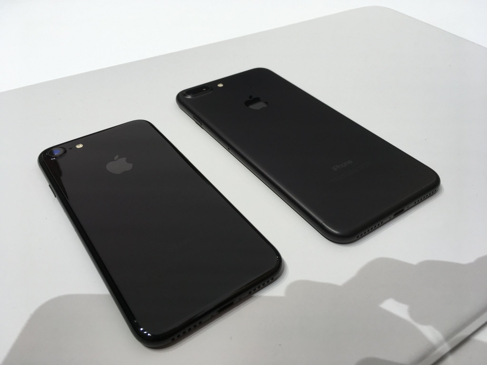 diferente iPhone 7 negru jet black mat