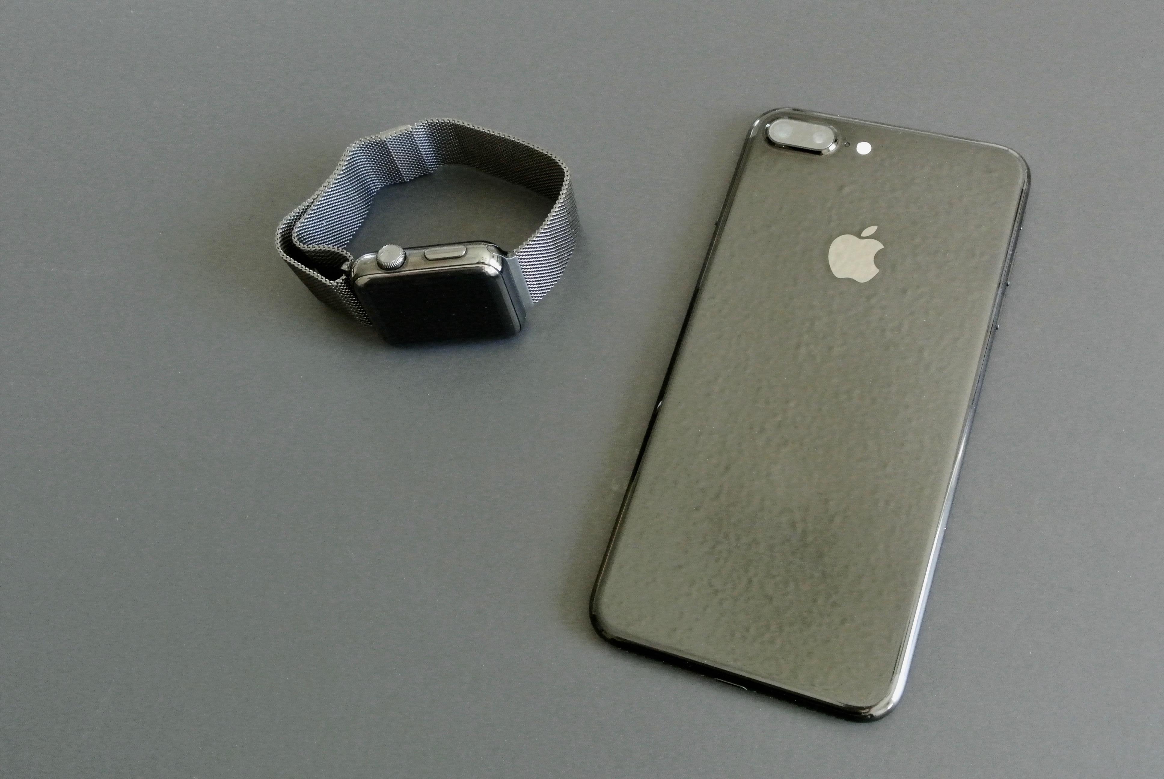 iPhone 7 jet black vs apple watch space black 4