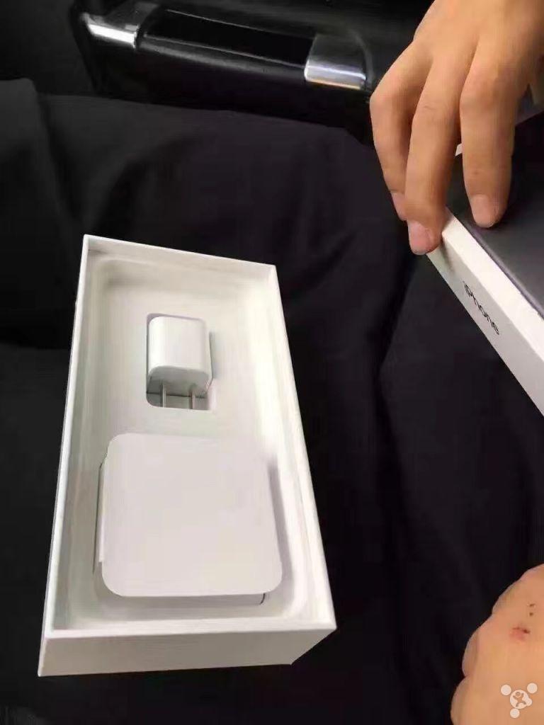 iPhone 7 unboxing pentru modelele black si jet black