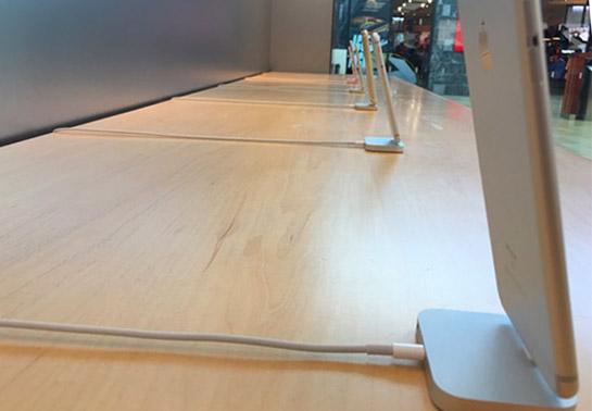 iphone-cablu-siguranta-apple-store