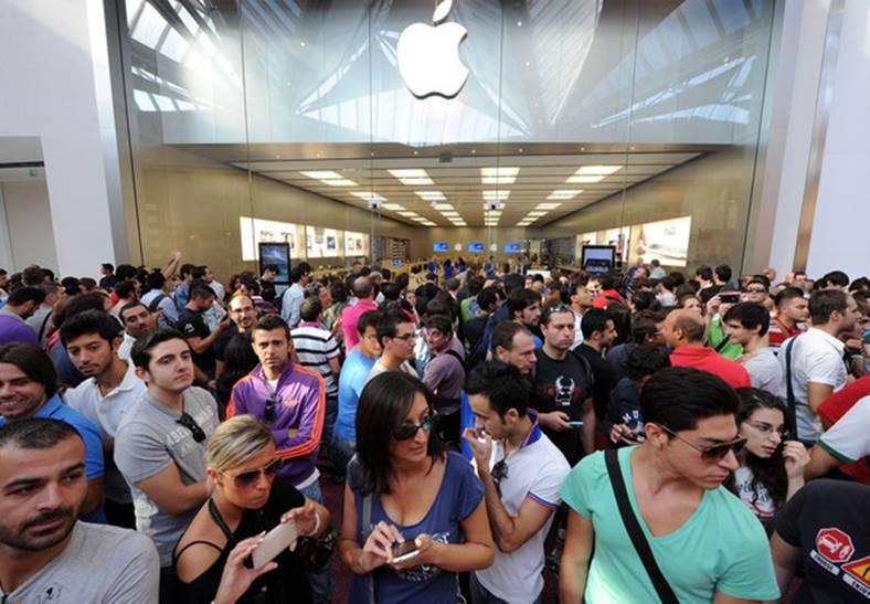 Problema iPhone din cauza careia clientii asalteaza magazinele Apple