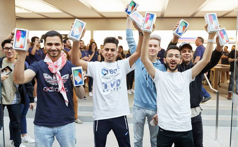 lansare iPhone X cozi