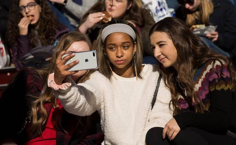 Adolescenti cumpara iphone