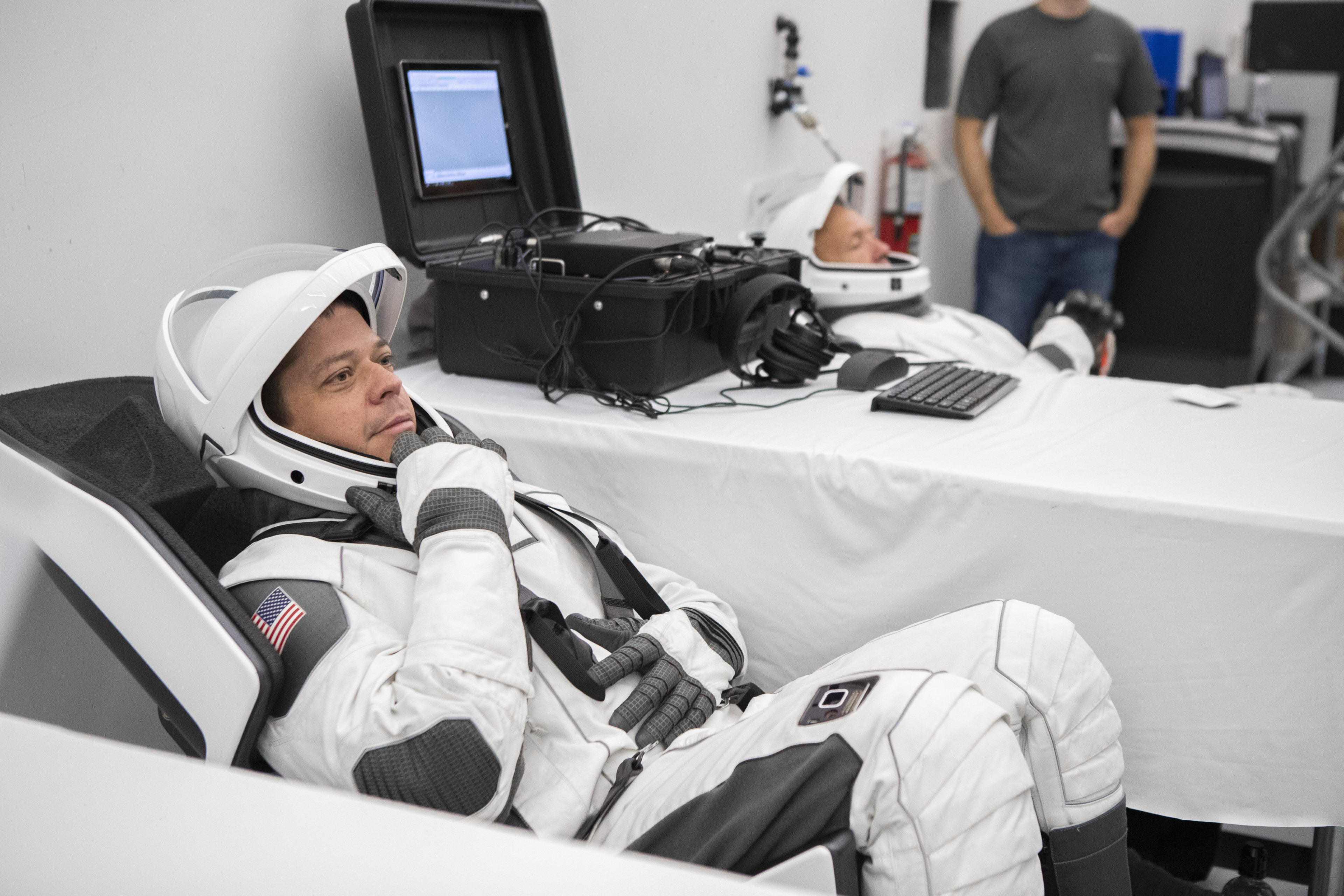 NASA. Primele Poze UIMITOARE cu Noile Costume pentru ASTRONAUTI spacex