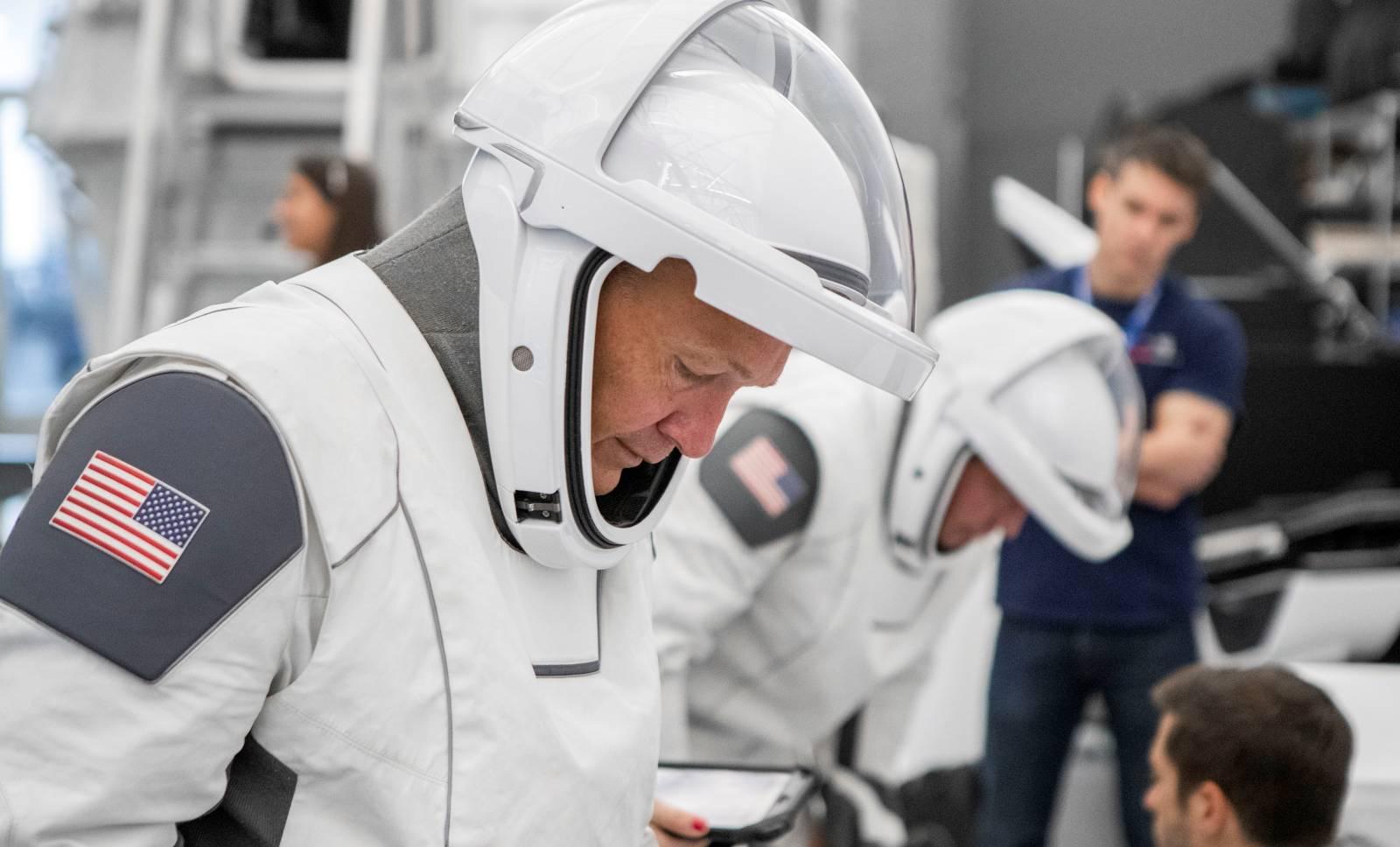 NASA. Primele Poze UIMITOARE cu Noile Costume pentru ASTRONAUTI teste