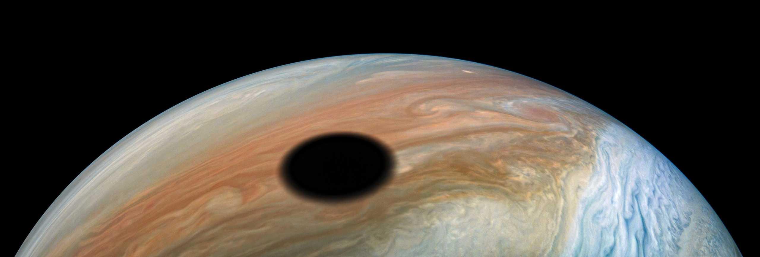 Planeta Jupiter dramatic eclipsa